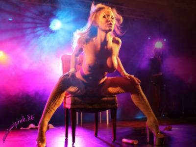 Frækt striptease show med hot blondine